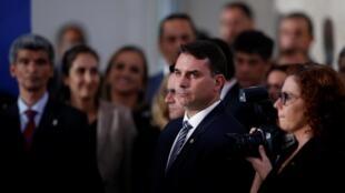 Flávio Bolsonaro, seneta na mtoto wa kwanza wa rais wa Brazil Jair Bolsonaro, ameshtakiwa rasmi kwa ufisadi katika kesi ya kuanzia mwaka 2003 hadi 2018. Hapa Brasilia, Aprili 24, 2020.