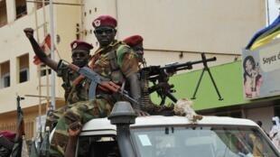 Des soldats de la Seleka patrouillent dans les rues de Bangui, le 30 mars 2013.