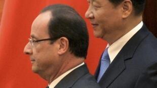 O presidente francês François Hollande, ao lado do presidente chinês Xi Jinping,