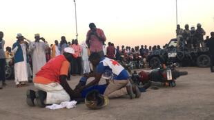 Un mototaxi en pleine séance de formation sur la sécurité routière, dispensée par la Croix rouge à N'Djamena au Tchad.
