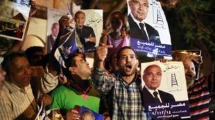 Partidários de Ahmad Chafiq, próximo do ex-presidente Hosni Moubarak, festejam primeiros resultados das eleições.