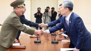 Hai đoàn đàm phán cấp cao Bắc Triều Tiên (trái) và Hàn Quốc bắt tay sau khi đạt thỏa thuận giảm căng thẳng hai miền ngày 25/08/2015.