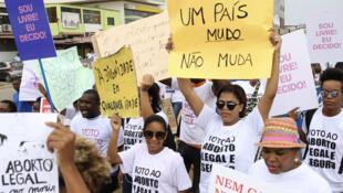 Des centaines d'Angolais sont descendus dans la rue, le 18 mars 2017, pour manifester contre le projet de loi qui criminaliserait l'avortement dans le pays.