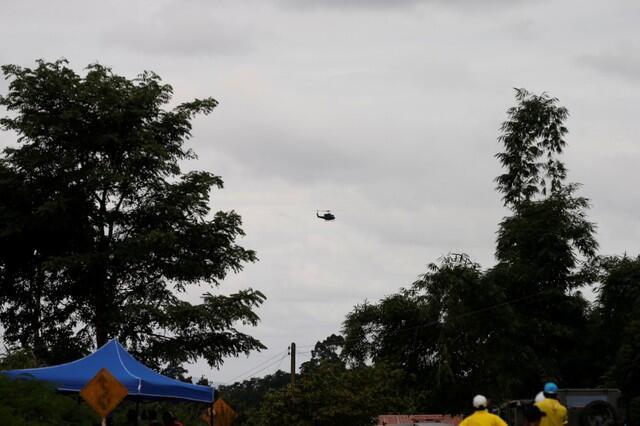 Helicóptero sobrevoa área da caverna Tham Luang no norte da Tailândia.