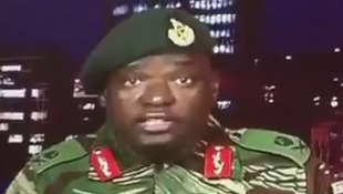 """Askari akisoma taarifa kwenye televisheni ya kitaifa ya ZBC, usiku wa Jumanne kuamkia Jumatano, Novemba 15, 2017. Jeshi lilidai kuwa limeingilia kati dhidi ya """"wahalifu"""" walio karibu na Rais Mugabe."""