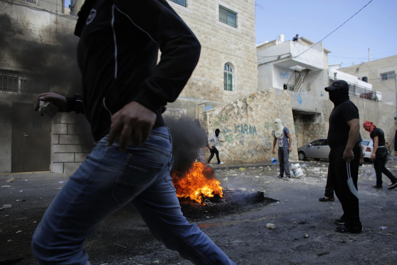 Confrontos entre jovens palestinos e forças policiais perto da Esplanada das Mesquitas, em Jerusalém, 30/10/2014.