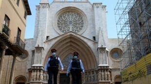 Des membres de la police catalane patrouillent sur le parvis de la cathédrale de Tarragone, le 11 mai 2020 (image d'illustration).