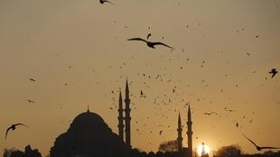 Le soleil se couche sur Istanbul, le 8 janvier 2014.