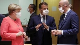 Angela Merkel, Emmanuel Macron et Charles Michel s'entretiennent au début du premier sommet en face à face de l'UE depuis la flambée du coronavirus, à Bruxelles le 17 juillet.