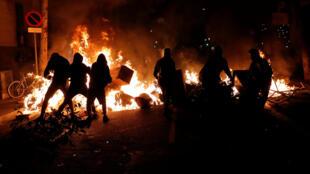 Столкновения с полицией в Барселоне длились до глубокой ночи, 16 октября 2019.