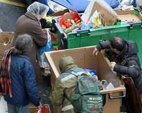 Самым бедным французам приходится «приобретать продукты» в мусорных баках супермаркетов