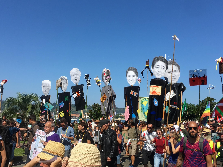 Manifestação dos militantes anti-G7 reuniu milhares de pessoas neste sábado, 24 de agosto de 2019.