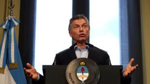 O presidente Mauricio Macri aprovou polêmicas medidas que endurecem o controle migratório na Argentina.