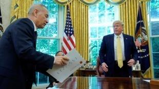 Le vice Premier ministre chinois Liu et Donald Trump à la Maison Blanche, dans le bureau ovale, le 11 octobre.