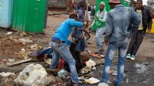 A atual onda de violência contra imigrantes na África do Sul atinge subúrbios pobres de Joannesburgo (foto) e Durban.