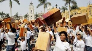 Participantes en el 8° Festival Internacional de Cajón enarbolan sus cajones, Plaza Mayor de Lima, 25 de abril de 2015.