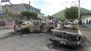 Vehículos quemados por narcotraficantes en la ciudad de Nueva Italia, Estado de Michoacán, agosto de 2012.