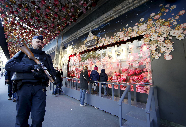 Cảnh sát Pháp tăng cường an ninh trên đại lộ Haussmann, Paris, nơi có nhiều cửa hàng lớn
