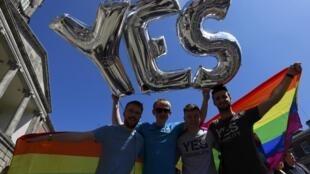 <b> Samedi 23 mai 2015. </b> A une large majorité, le mariage homosexuel est légalisé par référendum en Irlande, qui devient ainsi le premier pays au monde à adopter le mariage pour tous par cette voie.