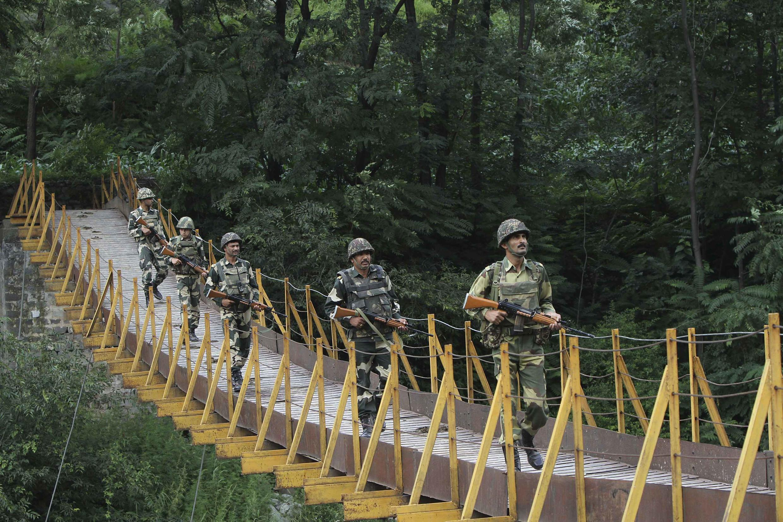 Des soldats des Forces de sécurité des frontières indiennes (BSF) patrouillent au Cachemire, le long de la frontière entre l'Inde et le Pakistan. La région coupée en deux est revendiquée par les deux pays dans son intégralité.