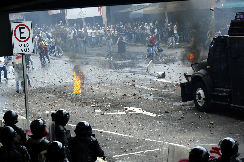 """درگیری نیروهای امنیتی ونزوئلا با تظاهرکنندگان مخالف """"نیکلاس مادورو""""، رئیس جمهوری این کشور. چهارشنبه ۳۰ فروردین/ ١٩ آوریل ٢٠۱٧"""