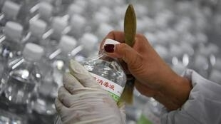 图为一家生产消毒液的中国工厂。