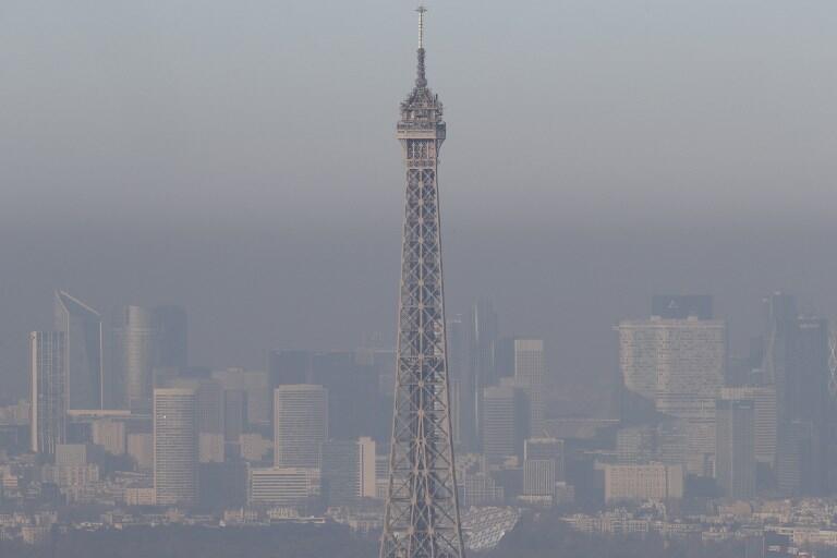 Uma foto tirada em 5 de dezembro de 2016 em Paris mostra a Torre Eiffel no meio da poluição. A poluição atinge o pico em Paris em 5 de dezembro de 2016.