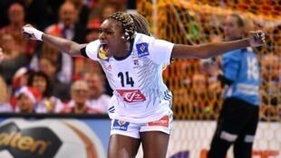 Kalidiatou Niakaté et les Françaises ont renversé la Norvège pour devenir championnes du monde de handball 2017.