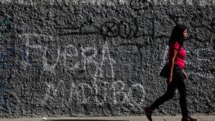 Sur un mur de Caracas, un graffiti où l'on peut lire «Maduro, dehors», le 26 juillet 2017.