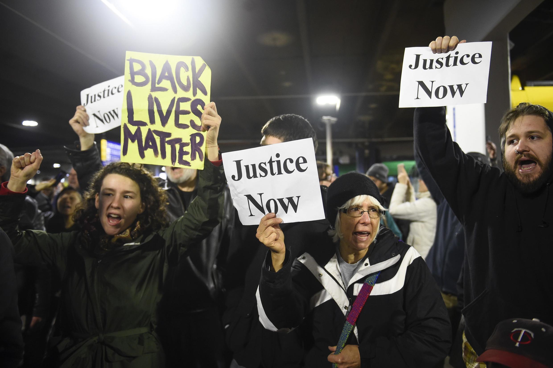 Des manifestants du mouvement Black Lives Matter brandissent leurs slogans, lors d'une marche le 23 décembre 2015.