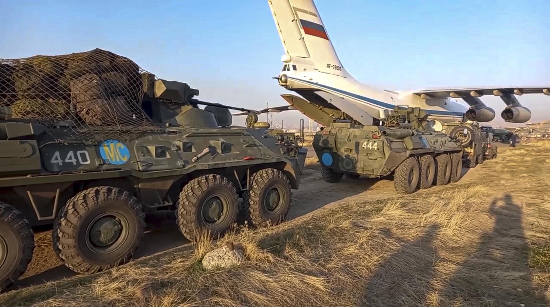 Un char russe transporté par avion près d'Erevan, le 11 novembre 2020.