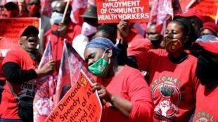 Des manifestants défilent à l'appel du Nehawu, principal syndicat du secteur public, manifestent à pretoria, le 3 septembre 2020.