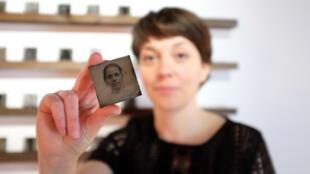 Un autoportrait photographique sous forme de ferrotype, réalisé par Almudena Romero, Espagnole vivant en Angleterre, exposé dans le cadre du festival « Circulation(s) » au Centquatre.