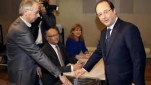 O presidente francês, François Hollande votando no primeiro turno das eleições municipais na cidade de Tulle, centro da França.