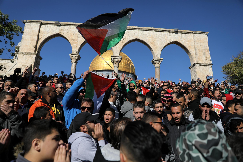 Tín đồ Hồi Giáo hô khẩu hiệu và giương cao cờ Palestine sau buổi cầu nguyện tại khu phố cổ ở thành phố Jerusalem ngày 08/12/2017.ty