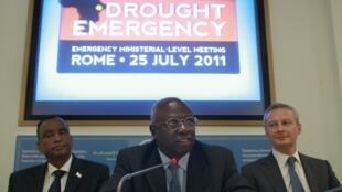 Giám đốc FAO Jacques Diouf (giữa), cùng với Thủ tướng Somali Mohamed Ibrahim (trái) và Bộ trưởng Nông nghiệp Pháp Bruno Le Maire (phải), tại trụ sở FAO, Roma, 25/7/2011.