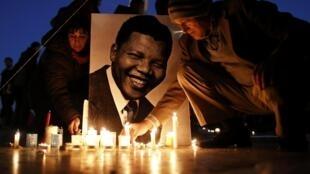 Mutanen Afrika ta Kudu a birnin Paris na Faransa suna juyayin mutuwar tsohon shugabansu Nelson Mandela