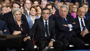 De gauche à droite: Penelope et François Fillon, le président du Sénat Gérard Larcher, et l'ancien Premier ministre Alain Juppé, le 29 janvier 2017 à Paris.
