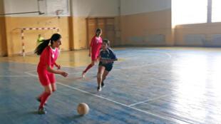 En Arménie, l'association Goals tente de féminiser le sport dans les villages.