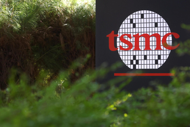 Ảnh minh họa: Logo của tập đoàn sản xuất linh kiện bán dẫn của Đài Loan TSMC (Taiwan Semiconductor Manufacturing Co) tại trụ sở chính, ở Tân Trúc (Hsinchu), Đài Loan, ngày 19/01/2021.