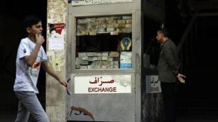 Ces derniers mois, dans les bureaux de change privés, comme ici à Beyrouth, la livre libanaise s'est fortement dépréciée.