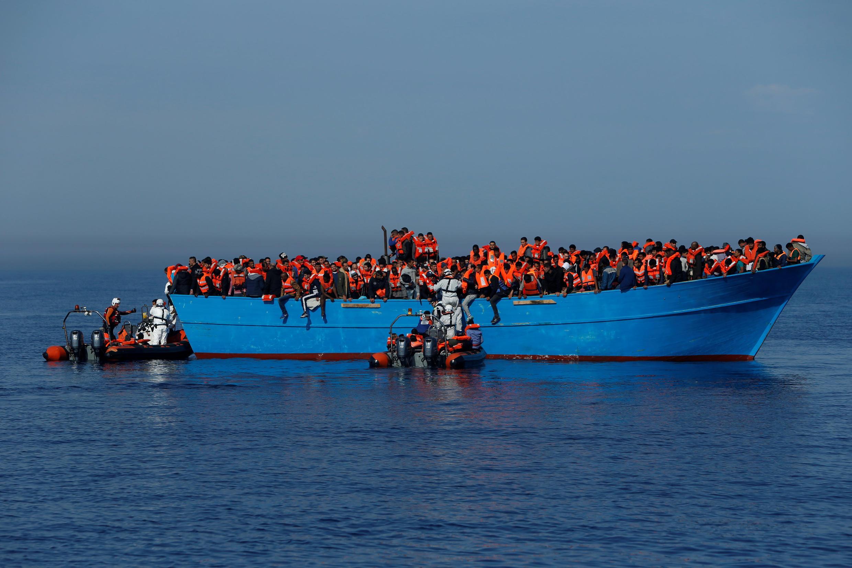 Migrantes em um barco de madeira são resgatados pela ONG Migrant Offshore Aid Station (MOAS) no Mediterrâneo central em águas internacionais nas costas de Sabratha na Líbia, 15 de abril de 2017.