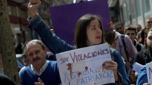 圖為西班牙民眾2018年4月28日示威抗議法官輕判5名輪姦犯