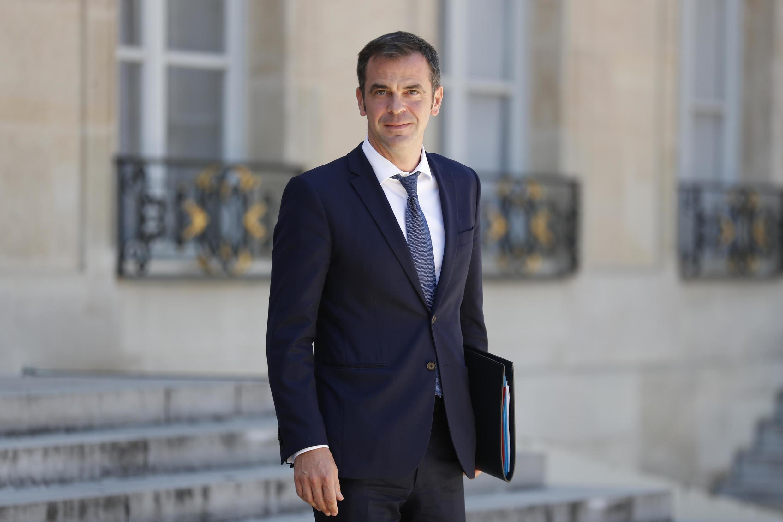 O Ministro da Saúde, Olivier Véran, deixando o Palácio do Eliseu em 24 de junho de 2020, em Paris.