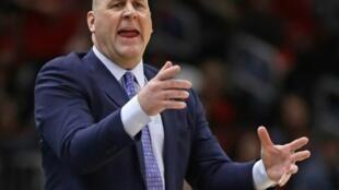 Jim Boylen en el banquillo de los Chicago Bulls durante un juego ante los Phoenix Suns el 22 de febrero de 2020.