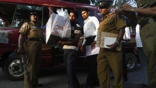 Des policiers escortent une urne scellée vers un centre de dépouillement. Colombo, le 8 janvier 2015.