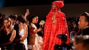 La modelo británica, Naomi Campbell, presenta una creación durante el desfile de Relief. Londre, 14 de septiembre de 2019.
