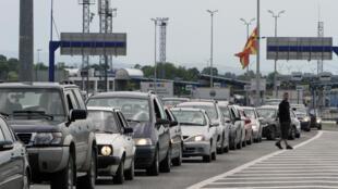 Des voitures attendent à la frontière entre la Serbie et la Macédoine. (photo d'illustration)