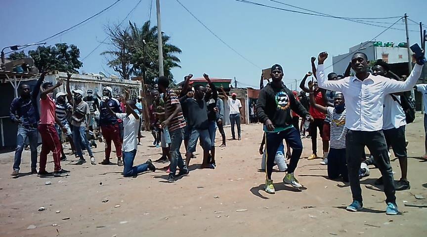Jovens protestam na Avenida Deolinda Rodrigues em Luanda a 11 de Novembro de 2020.
