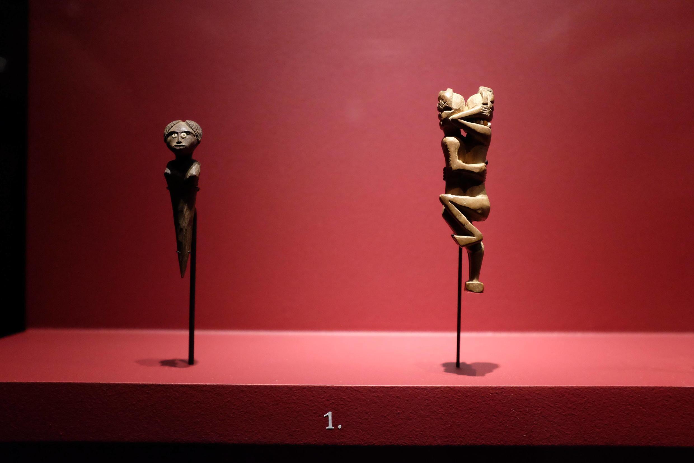Figurines anthropomorphes (fin du XIXe, début du XXe siècle) dans l'exposition « Madagascar, arts de la Grande Île » au musée du Quai Branly.